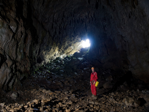 Escalón - Contraluz a la salida de la cueva